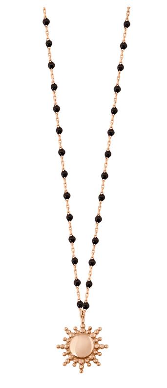 Difficile de ne pas succomber au collier Soleil Gigi Clozeau or rose et résine. 415 €