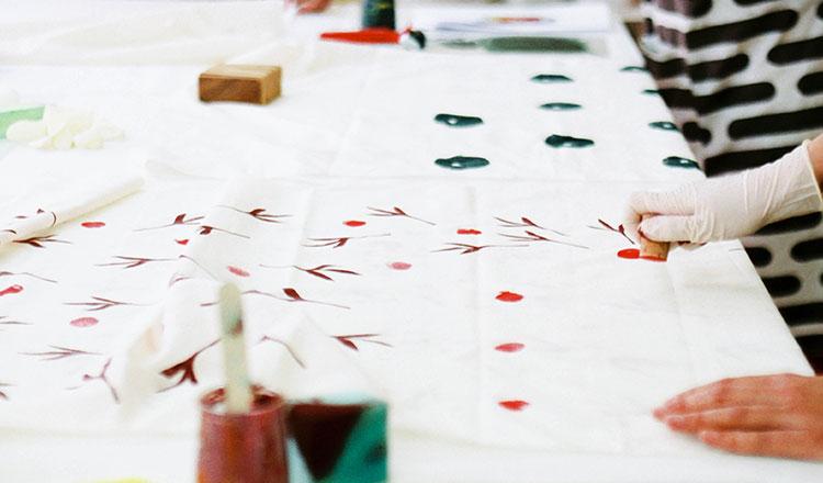 Karaka ensina a criar e estampar tecido