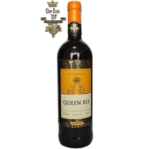 Queen Bee khi nhìn sẽ thấy có màu đỏ đậm rất đẹp mắt, Rượu mang trong mình hương vị dâu tây làm chủ đạo, nồng độ cồn thấp, và vị ngọt thanh thoát tự nhiên vô cùng dễ uống