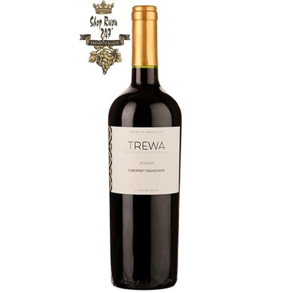 Vang Chile Đỏ Trewa Reserva khi nhìn sẽ thấy có màu tím đậm đà. Rượu mang hương thơm của quả nhiệt đới mận chín