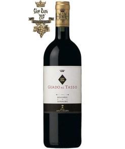 Rượu Vang Ý Guado Al Tasso khi nhìn sẽ thấy có màu đỏ đậm mãnh liệt. Rượu mang hương thơm đậm đặc của quả chín và mứt