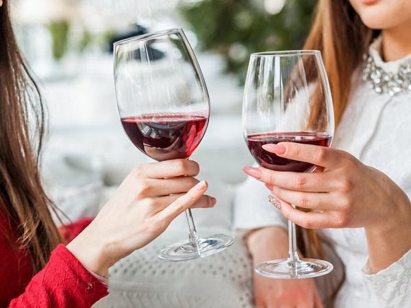 đau dạ dày có nên uống rượu vang không?