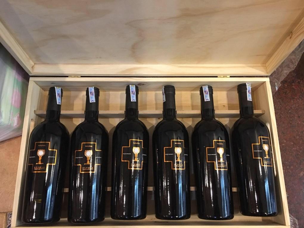 Rượu có mầu hồng ngọc rực rỡ. Hương thơm của nước hoa, balsamic, hương vị trái cây chín muộn kết hợp với mùi khói thơm ngon và kết cấu mịn.