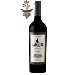 Rượu Vang Argentina Caballero de la Cepa Reserva Malbec Finca Flichman có mầu đỏ đậm. Hương thơm là sự kết hợp