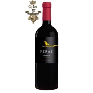 Rượu Vang Chile Feraz Cabernet Sauvignon có mầu đỏ đẹp mắt. Hương thơm mạnh mẽ và có chiều sâu của tiêu xanh, anh đào