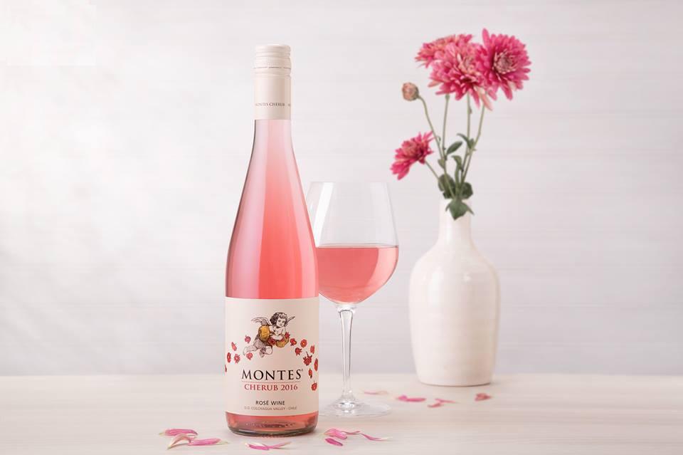 Rượu Vang Chile Montes Cherub Rosé of Syrah có mầu hồng rực rỡ, tươi trẻ. Sau nhiều năm thử nghiệm, Aurelio Montes sản xuất một loại nho từ Syrah