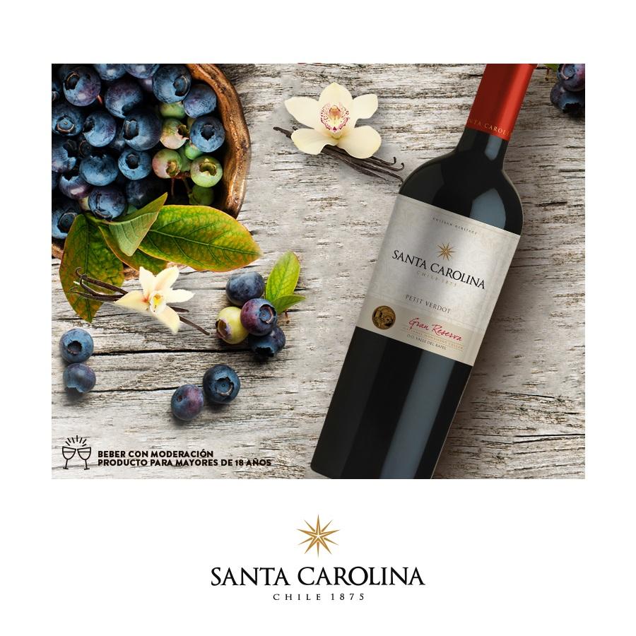 Vang Chile SANTA CAROLINA Gran Reserva Petit Verdot có mầu tím. Hương thơm của gỗ, trái cây đen như anh đào