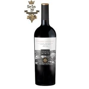 Rượu Vang Chile Viento Norte Reserva Cabernet Sauvignon có mầu đỏ anh đào. Hương thơm quyến rũ của trái cây chín như dâu tây, anh đào