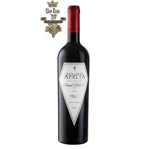 Rượu Vang Chile Đỏ Apalta Friends Collection có mầu đỏ ruby , hương thơm hấp dẫn và nổi bật của quả lý đen, phúc bồn tử, anh đào đỏ