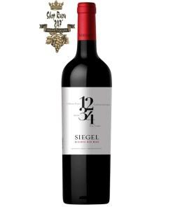 Rượu Vang Chile Đỏ Siegel 1234 Red Blend có mầu đỏ ruby đậm. Hương thơm phức tạp của các loại gia vị, trái cây đen, tiêu đen