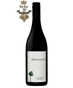 Rượu Vang New Zealand Ribbonwood Pinot Noir có mầu đỏ đậm đẹp mắt. Hương thơm của gỗ sồi kết hợp với hương thơm