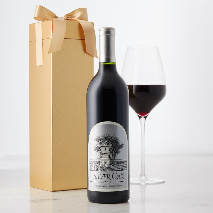 Vang Mỹ Silver Oak Alexander Valley Cabernet Sauvignon có mầu đỏ ruby với ánh tím. Hương thơm của dâu đen