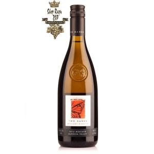 Vang Úc Brilliant Disguise Moscato Two Hands có mầu vàng rơm. Đây là loại rượu có cồn hơi thấp, hơi cay với hương vị trái cây