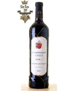 El Emperador Premium Cabernet Sauvignon là chai vang có mầu đỏ ruby đậm. Hương thơm mạnh mẽ và quyến rũ của các loại trái cây nho đen, anh đào