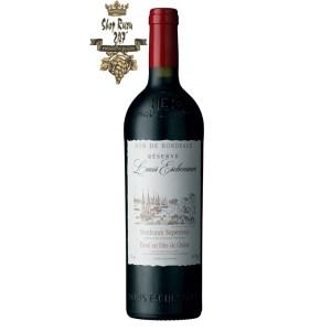 Louis Eschenauer Bordeaux Superieur có mầu đỏ hồng ngọc đẹp mắt. Hương thơm của các loại quả mọng, nho đen và mận.