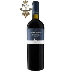 Le vigne di Sammarco Solemnis Primitivo Salento có một mầu đỏ ruby tuyệt vời. Hương thơm mạnh mẽ và phong phú của quế và các ghi chú cay cùng gợi ý của vani và gỗ đàn