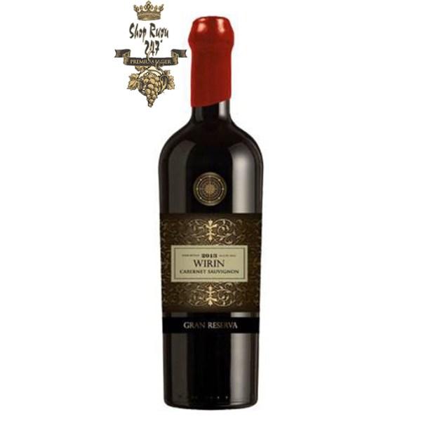 Rượu có mầu đỏ sâu đậm. Hương thơm của các loại thảo mộc, cam thảo đậm đà mạnh mẽ kết hợp với tannin tươi trẻ tạo nên một chai rượu vang đẳng cấp