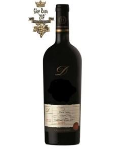 Rượu có mầu đỏ anh đào.Hương thơm của nho đen, việt quất và hoa quả tươi hòa quyện với vị vani tạo nên một mùi vị đặc biệt.