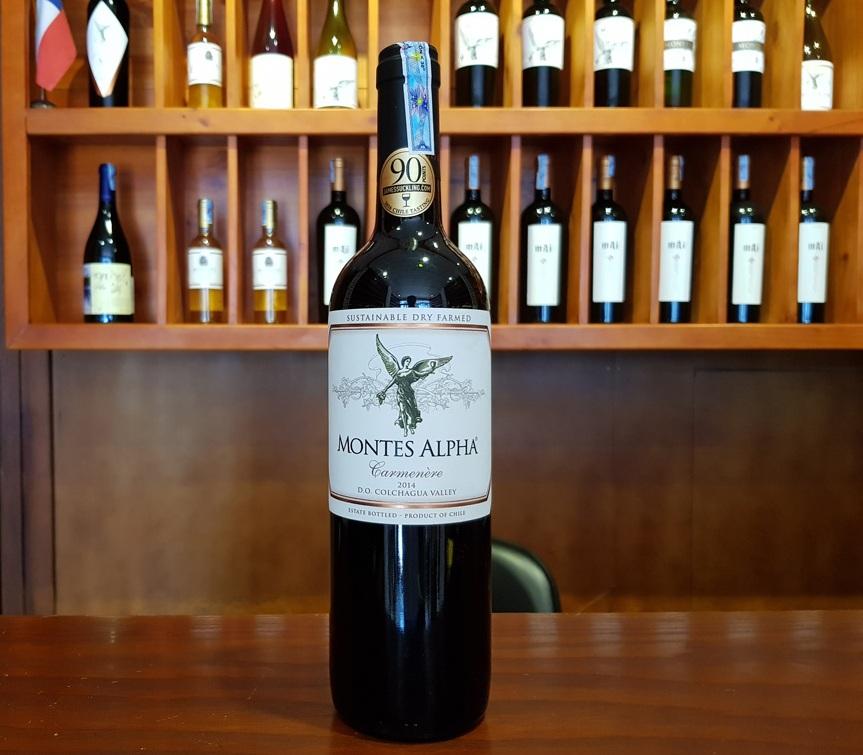 Rượu Vang Chile Đỏ Montes Alpha Carmenere có mầu đỏ ruby ánh tím. Hương thơm của các loại trái cây chín đỏ và đen