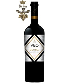 Rượu Vang Chile Veo Ultima Vinedos có Màu hồng ngọc đậm ánh xanh kèm với đó là hương thơm của vani
