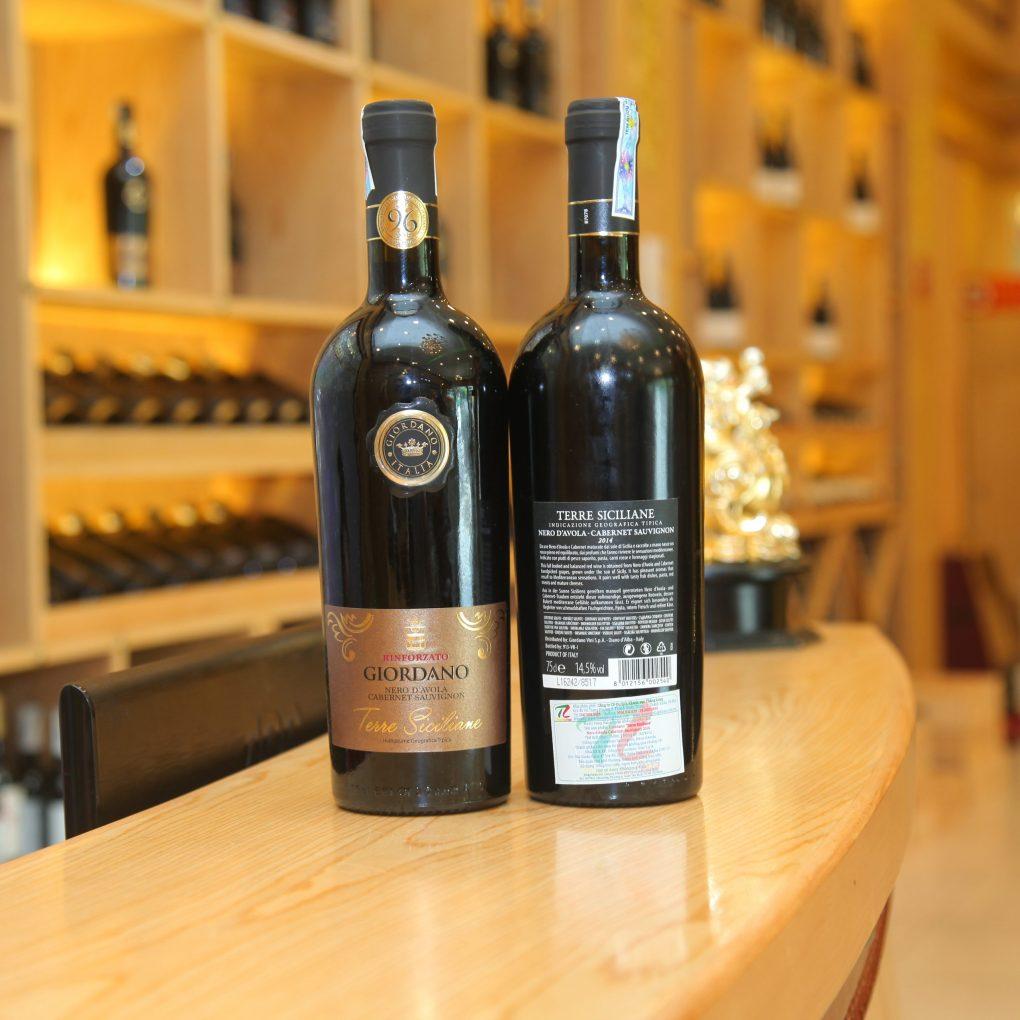 Rượu Vang Đỏ Rinforzato Giordano Appassimento Primitivo có mầu đỏ hồng sẫm. Hương thơm của quả mọng đen, caramel, vani của các loại cà ri. Hương vị thơm ngon tròn vị của trái cây chín cùng một chút cay nhẹ tạo nên một kết thúc dài, thanh lịch.