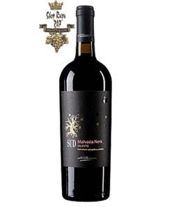 Rượu Vang Đỏ SUD Malvasia Nera Salento có mầu đỏ sâu ánh tím đen. Hương thơm mãnh liệt và dai dẳng của trái cây vùng nhiệt đới. Hương vị của quả nho đen, dâu tây, táo ,lê và vani