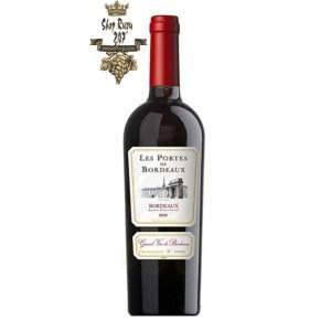Rượu Vang Đỏ Les Portes de Bordeaux 2015 có mầu đỏ đậm sâu. Hương thơm nhẹ nhàng của khoáng sản, trái cây và hoa quả. Hương vị của anh đào