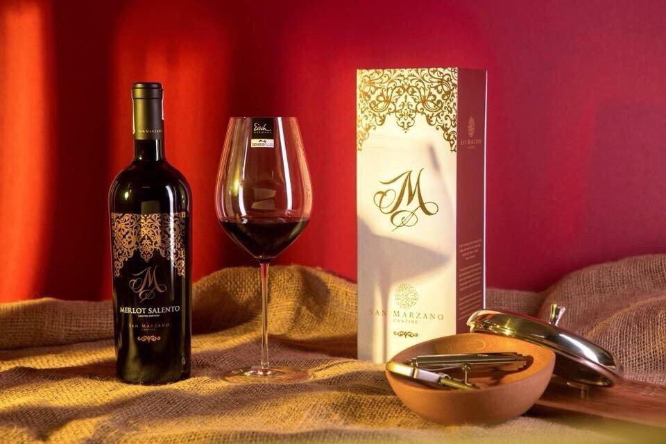 Decor trang trí sản phẩm rượu vang đỏ M Merlot Limited