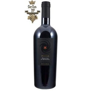 Pazzia Primitivo Di Manduria có mầuđỏ truyền thống của giống nho vỏ tím đen quả tròn này. Hương vị đậm đà, mùi hương quyến rũ tao nhã cảm giác khoan khoái khi thưởng thức