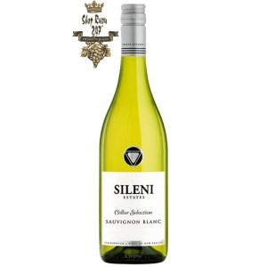 Sileni Cellar Selection Sauvignon Blanc có mầu vàng rơm đẹp mắt. Hương thơm của các loại hoa quả trái cây nhiệt đới cùng hương vị của phúc bồn tử, cam quýt.
