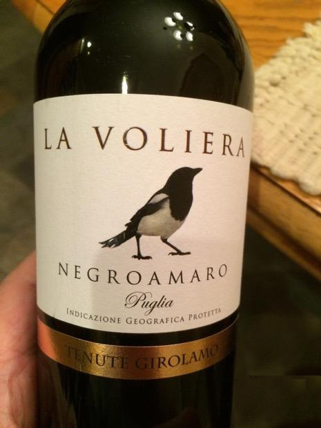Rượu Vang Ý La Voliera Salice Salentino Negroamaro có mầu đỏ đỏ ánh tím. Hương thơm phong phú của các loại trái cây như anh đào, dâu tây