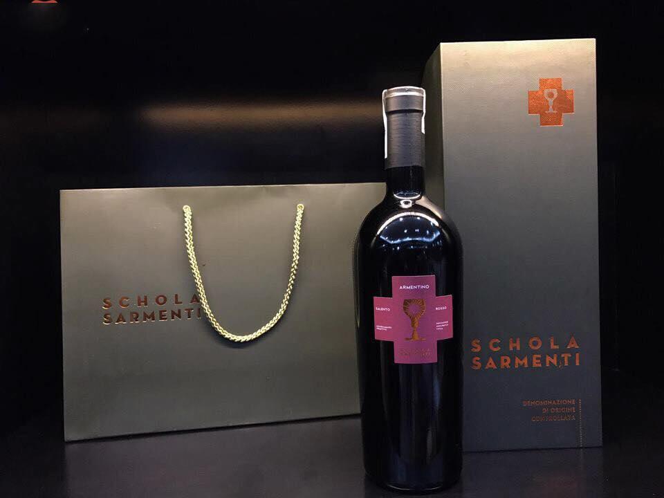 Rượu có màu đỏ đậm. Hương thơm ấn tượng lan tỏa bởi sự kết hợp của trái cây chín và cherry đen. Rượu có cấu trúc tuyệt vời với vị chín mọng của trái cây cùng vị chát tannin trưởng thành và dẻo dai.
