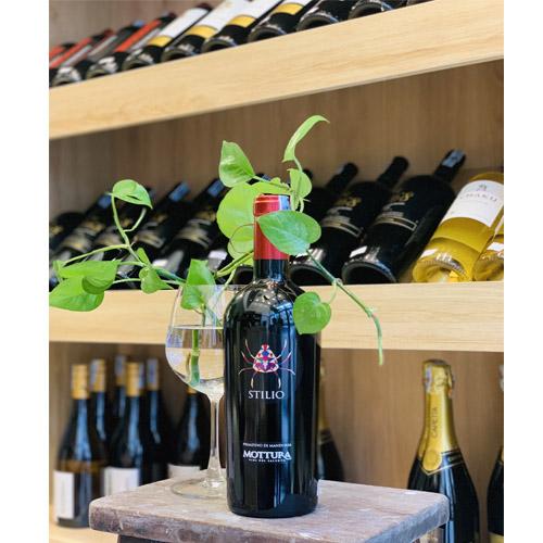 Rượu Vang Đỏ Stilio Primitivo Di Manduria Mottura có mầu ruby đỏ đẹp mắt. Hương thơm của trái cây mầu đỏ, anh đào và quả óc chó
