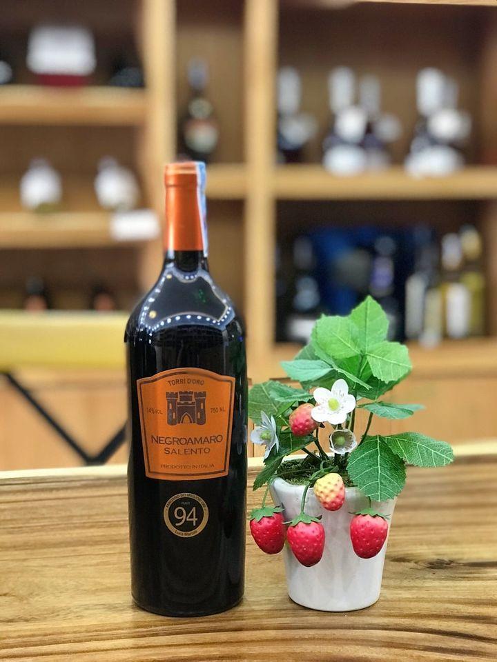 Rượu Vang Ý Torrid Oro DOC Negroamaro có màu đỏ hồng đậm mãnh liệt. Nó là một loại rượu vang quyến rũ và hài hòa với sự kết hợp của hương thơm từ trái cây
