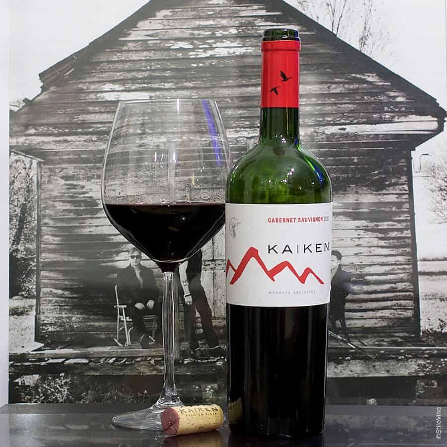 Vang Đỏ Argentina Kaiken Reserva Cabernet Sauvignon nó có màu đỏ sâu. Hương vị của quả mâm xôi, anh đào và nho đen