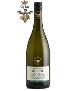 Rượu Vang Trắng New Zealand Sileni Straits Sauvignon Blanc có mầu vàng rơm rực rỡ. Hương thơm đậm đà cùng với hương vị của quả mọng