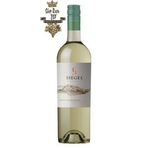 Vang Chile Trắng Siegel Special Reserve Sauvignon Blanc có mầu vàng nhạt ánh xanh. Hương thơm của các loại quả như bưởi lê cùng gợi ý của thảo mộc