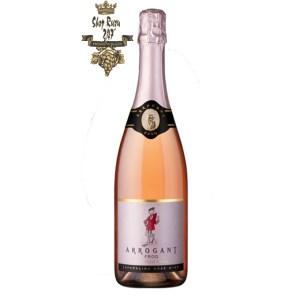 Rượu Vang Đỏ Arrogant Frog Sparkling Rose có mầu dâu nhạt. Hương thơm của quả dâu tây cùng gợi ý của vani và socola. Hương vị tươi mới ngọt ngào