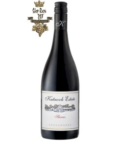 Rượu Vang Đỏ Úc Katnook Estate Shiraz có mầu đỏ mận đậm. Trái cây mâm xôi hấp dẫn nổi bật bởi hương gỗ sồi ngọt ngào tinh tế