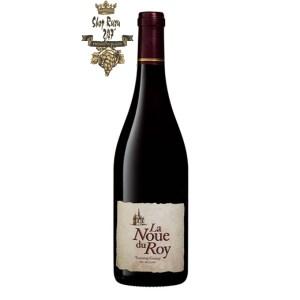 Rượu Vang Đỏ La Noue Du Roy Touraine Gamay có màu đỏ ruby sống động. Đây là một loại rượu trẻ trung và tươi mát