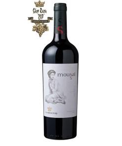 Rượu Vang Chile Đỏ Mousai Carmenere có mầu đỏ đậm đẹp mắt. Hương thơm của quả mọng chín với gia vị và socola.