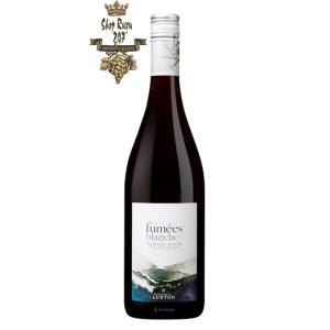 Rượu Vang Đỏ Les Fumees Blanches Pinot Noir có mầu đỏ ruby đậm sâu. Hương thơm dễ chịu của mận, anh đào, phúc bồn tử và trái cây chín đỏ