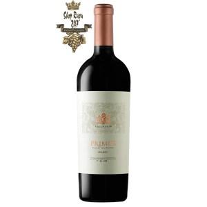 Rượu Vang Argentina Salentein Primus Malbec có mầu đỏ ánh tím được tăng cường bởi một ánh sáng sinh động