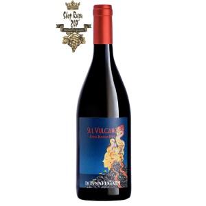Rượu Vang Ý Đỏ Sul Vulcano Rosso có một màu đỏ ruby nhẹ. Mùi hương của rượu vang Trên núi lửa Etna