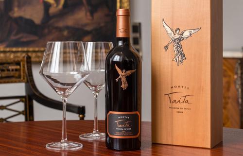 Rượu Vang Chile Đỏ Taita Cabernet Sauvignon có mầu đỏ hồng ngọc đậm sâu. Có hương vị rất thơm, phong phú của quả mọng chín
