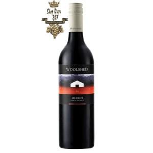 Rượu Vang Đỏ Úc Woolshed Merlot có mầu đỏ anh đào đẹp mắt. Hương thơm lan tỏa của anh đào, mận, trái cây chín kết hợp