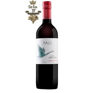 Rượu Vang Đỏ Yali Wild Swan Cabernet Sauvignon có mầu đỏ hồng ngọc. Hương thơm của các loại trái cây như mâm xôi, dâu tây, quả việt quất