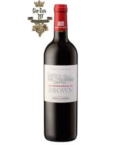 Rượu Vang Đỏ Pháp La Pommeraie de Brown red có màu đỏ đậm ánh tím đẹp mắt. Hương thơm là sự kết hợp của cây tuyết tùng,