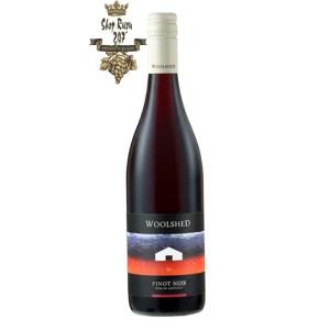 Rượu Vang Đỏ Úc Woolshed Pinot Noir có mầu đỏ anh đào đẹp mắt. Hương thơm phức hợp của các loại trái cây như anh đào chín