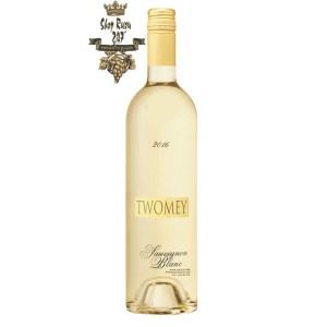 Rượu Vang Trắng Silver Oak Cellars Twomey Estate Sauvignon Blanc có mầu vàng rơm. Hương thơm của cây thông nhiệt đới,